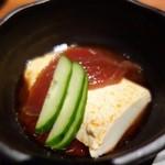 裏NO庭 - 紫陽花コースの前菜の本日の日替わり小鉢は【お豆腐】。 ラー油の香りがして、食べやすくてお酒にも合う  上のマグロもさっぱり。