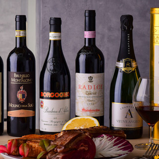 料理と相性抜群のワインを幅広くラインナップ。グラス800円〜