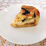 148114930 - キッシュ(353円)ミートソース、卵のフィリング、具材&チーズの層がきれい。