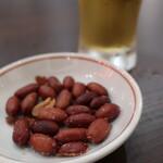本場中華食堂 味道 - お通しはピーナッツ。