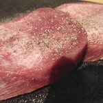 金沢文庫 肉汁センター - 丁寧な飾り包丁に、この厚さの牛タン。