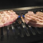 金沢文庫 肉汁センター - 提供のタイミングの関係で、お肉が出てくる前に鉄板が焼き切れてしまい、温度差から直ぐにくっ付くから、慎重に。