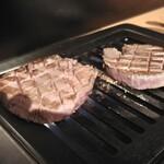金沢文庫 肉汁センター - 一枚はハサミを入れて良く焼き。 もう一枚は火入れ後に休ませてから余熱で、仕上げてみました。