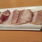金沢文庫 肉汁センター - 脂身が旨そうですね。