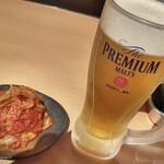 金沢文庫 肉汁センター - 生ビールにキムチでお肉待ちタイム。