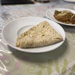 カシミール - 製粉された小麦粉で作るナンが高価なので、東南アジアではアターと呼ばれる全粒粉で作ったチャパティが家庭的です♡