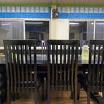 カシミール - 大きな椅子とテーブルが多いのもハラールレストランらしいです(о´∀`о)