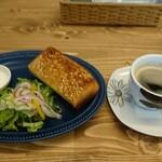 ライトブルー - モーニングサービス(トースト アーモンド+サラダ+ゆでたまご)炭火焼きプレンド 480円(税込)