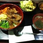 炭火焼肉 祥山亭 - 焼肉丼(819円)