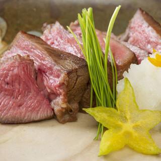 A5国産牛使用。柔らかなステーキを、こだわりの岩塩でどうぞ