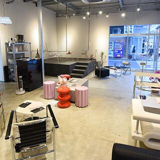 ヴィンテージのデザイナー家具が彩る、開放的なカフェ&バー♪
