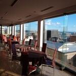 カフェ&レストラン ドルフィン - 大きな窓のある店内