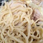 ラーメン二郎 - 細めだがむちっとした麺。