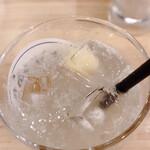 天ぷら酒場 上ル商店 - サワーの氷、果肉が氷の中に入っていて、美しさと美味しさが上ル☆