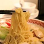 紅虎餃子房 - 海鮮五目そば 麺リフト