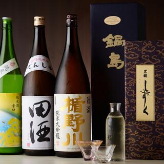 その時々で厳選された日本酒。レアなお酒は飲み比べも可能です。