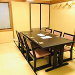 心づくし ことり - 最大6名様のテーブル席です。疲れにくい高さの椅子。