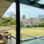 ザ・ガーデン - テラス席と桜