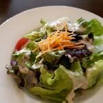 トラットリア パラヴィーノ - サラダランチのサラダ。