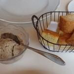 ラ ルカンダ - 自家製パンと豚パテ