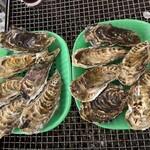 かき小屋 渡波 - 雄勝産の牡蠣、一皿1000円です