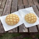 モクプニ - 料理写真:メロンパン(ひとつはチョコクリーム入り)