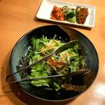 Nikunoyamakin - 前菜は自家製キムチ3種盛りとチョレギサラダです。