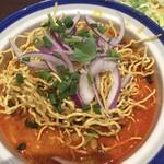 メナムのほとり - カレーに入った揚げ麺