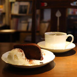 珈琲舎・書肆アラビク - ブレンド・ロッソ(600円) 季節のチョコケーキ(400円)