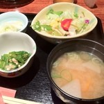 日菜や - 焼鳥丼のセットです(サラダ、おしんこ、おくら、味噌汁)。