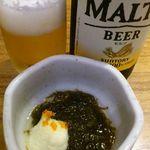 地酒とそば・京風おでん 三間堂 - お通し(もずく酢)と瓶ビール