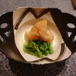 すし昇 - 煮帆立、菜の花:低温でレアな仕上がり