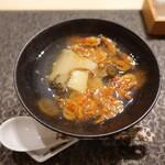 すし昇 - 桜海老と黒鮑のお椀:柔らかく火入れされた鮑に桜えびの香ばしい香り
