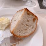 ビストロ ボン・グー・コクブ - 2種類のパン提供のあとどちらか一つをおかわりできます!これはライ麦パン
