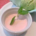 ビストロ ボン・グー・コクブ - ランチコース 2,240円(税込)のデザート3種盛合せ 桜のムース?