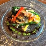 148425413 - メインは本日の鮮魚料理をチョイス。                       この日はスズキのバルサミコソース。