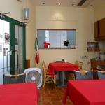 ピッツアデルロッコウ - 真紅のテーブルクロスが印象的
