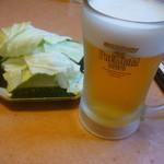 14844819 - 生ビール(中)一杯目、付きだしのキャベツ