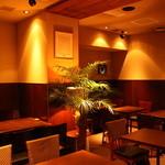 神戸牛 ステーキ ヘンリー亭 - 店内はモダンJAZZが流れ清潔感漂う空間
