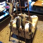 鮎の庄 - 炭火で食べる直前まで熱々です
