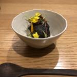 el Bau Decoration - 碓水豆、剣先イカの墨と下足のゼッポリーニ(揚げパン)、各種ハーブ