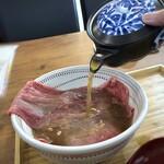 148454175 - ◆あごだしを注ぎま~す。お肉の色が変わりますよ。平戸直送「焼きあご」を使用されているとか。 九州では「あごだし」はポピュラーですが、他県では馴染みが無いかも。 「あご」は「飛び魚」のことで、上品な味わいの出汁が出ます。