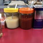 ラーメンショップ - 卓上調味料。ニンニク、豆板醤、胡椒