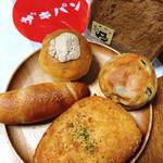 ザキパン - 【奥中央】コーヒークリームおやつパン【左】塩パン 【手前中央】カニクリームドーナツ 【右】フルーツおやつパン