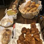 ネモ・ベーカリー&カフェ - このテーブルをぐるぐるぐるぐる