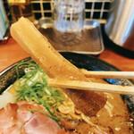 頑固麺 - 濃厚とりとんこつ、極太メンマリフト!