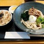 よつ葉 - 料理写真:日替わり定食(豚うどん、かやくご飯) 税込770円