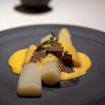 レストラン オオツ - 2021.3 ボルドー産ホワイトアスパラガス ビアンケットトリュフ エスプーマしたサバイヨンソース