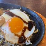 Shumaikaraageseressosakaba - また鶏肉の横手には玉子も添えられて親子鉄板焼きに仕上がってましたよ。