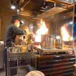 148513349 - 【2021年03月】此方の女性店員さんの調理風景を眺めているだけで楽しめます。